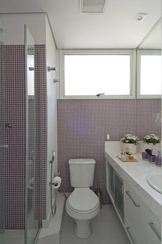 banheiro lilás com pastilhas