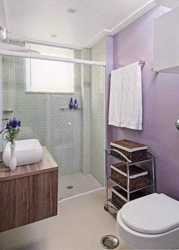 banheiro pequeno com parede lilás
