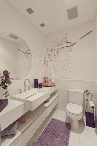 banheiro branco com decoração lilás