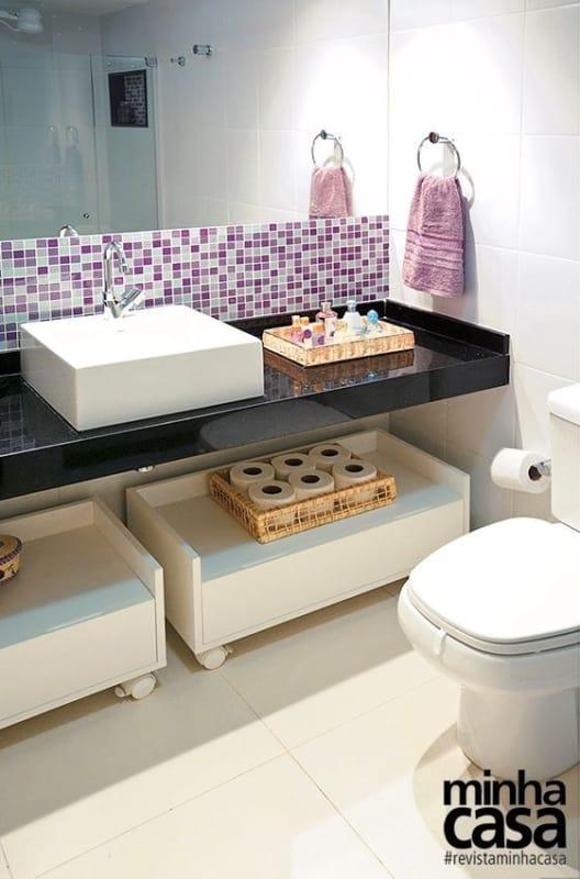 banheiro simples com pastilhas lilás