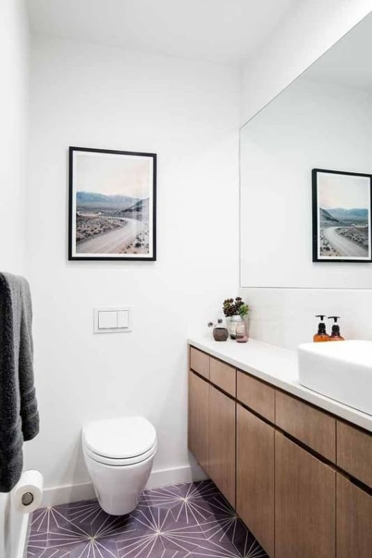 lavabo pequeno com piso lilás