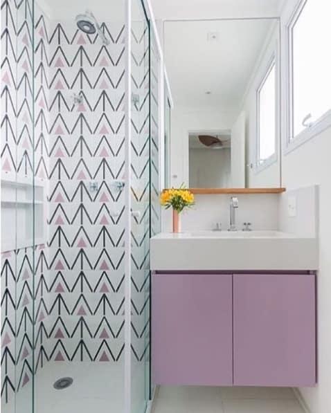 banheiro moderno com armário planejado