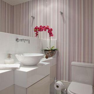 lavabo com papel de parede listrado