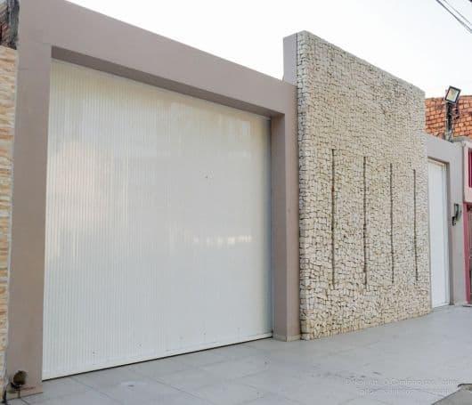 fachada com muro decorado com pedras