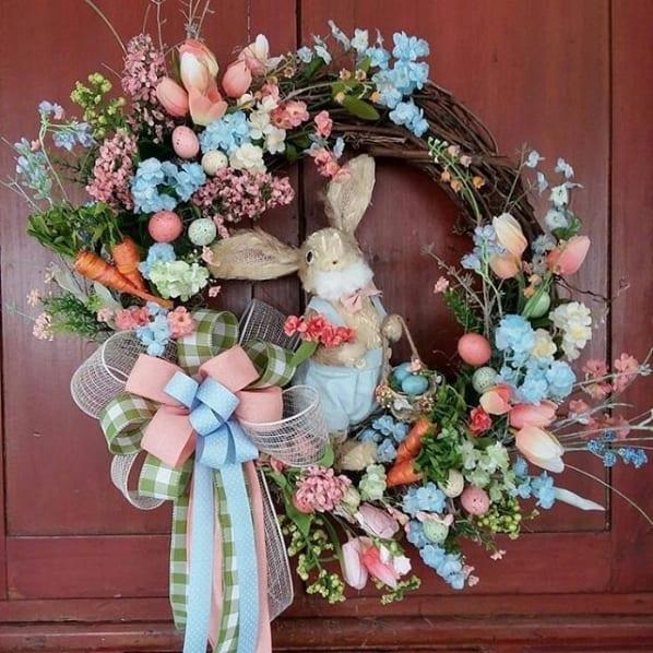 guirlanda de porta com flores artificiais e coelho