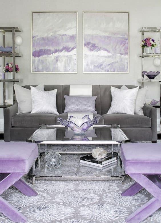 sala com decoração em cinza e lilás