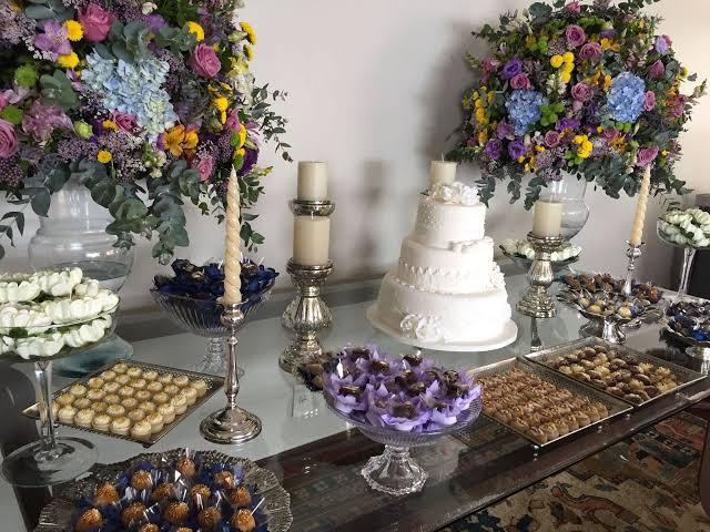decoração mesa do bolo para festa de casamento em apartamento