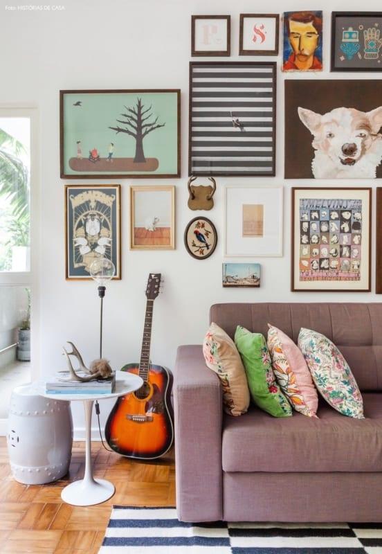sala com decoração descolada e sofá lilás