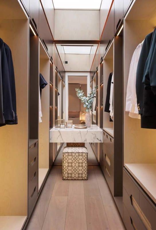 A penteadeira é colocada no centro no closet