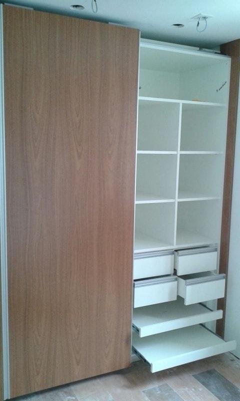 A porta de correr é ótima para closet para quarto pequeno