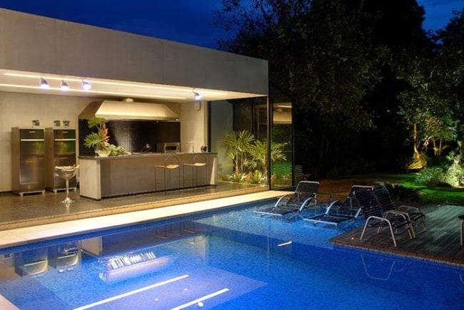 Ampla área externa com piscina e churrasqueira moderna