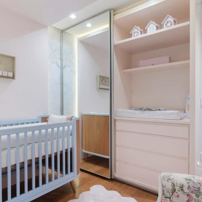 Armário espelhado em quarto de bebê planejado