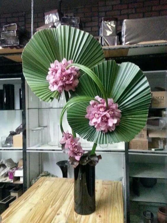 Arranjo com folhas de palmeiras leque