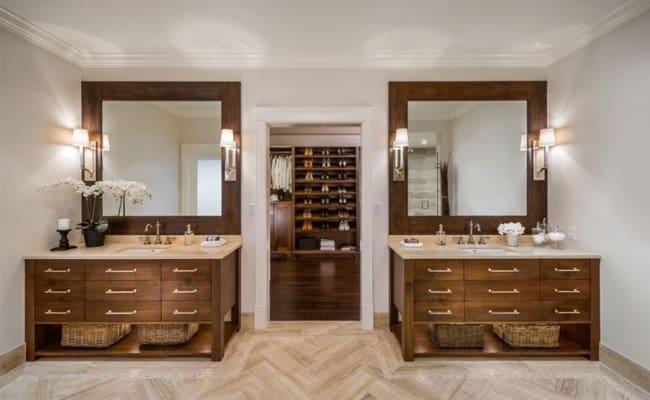 Banheiro duplo com closet ao fundo
