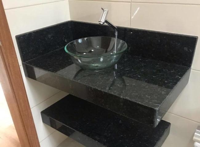 Banheiro pequeno com Granito Verde Ubatuba
