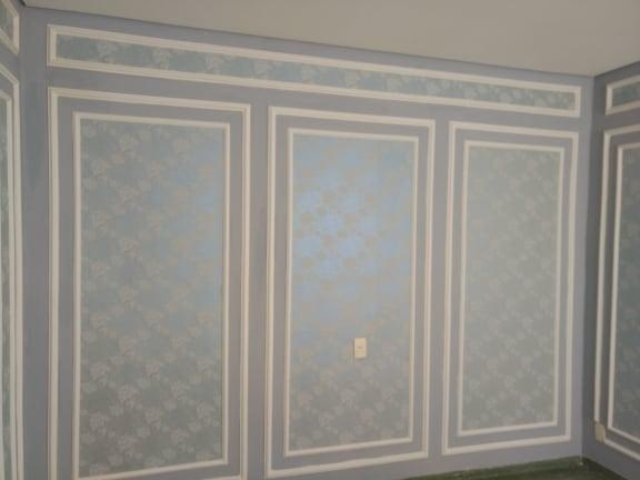 Boiserie com papel de parede brilhante
