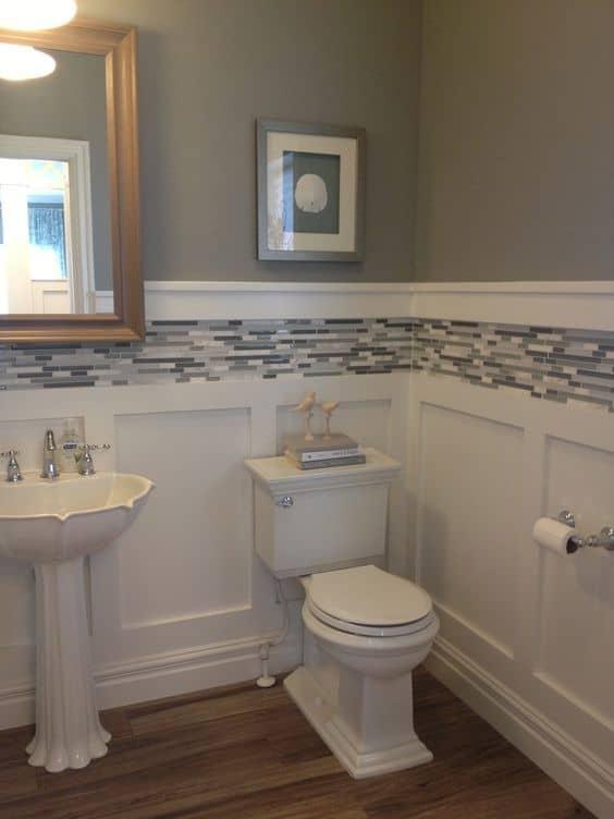 Boiserie para banheiro branco