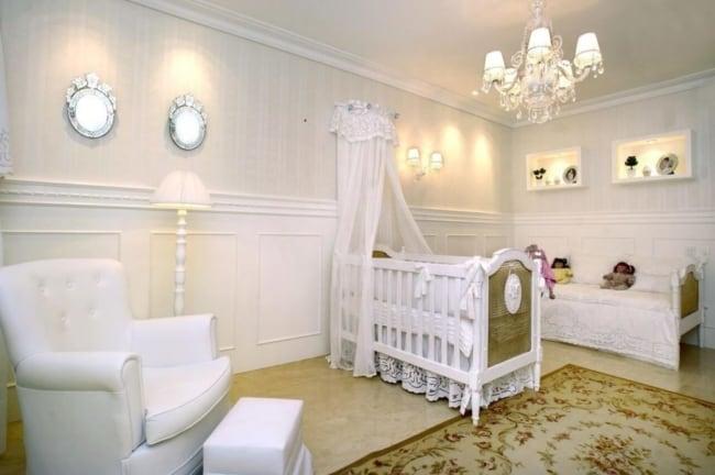 Boiserie para quarto de bebê branco