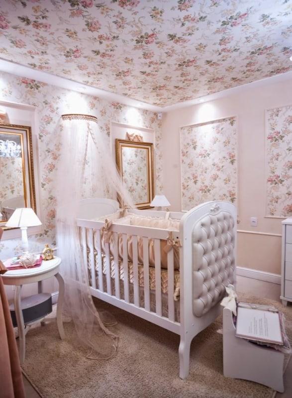 Boiserie para quarto de bebê floral