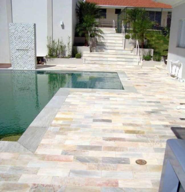 Casa com piscina e piso de pedra mineira