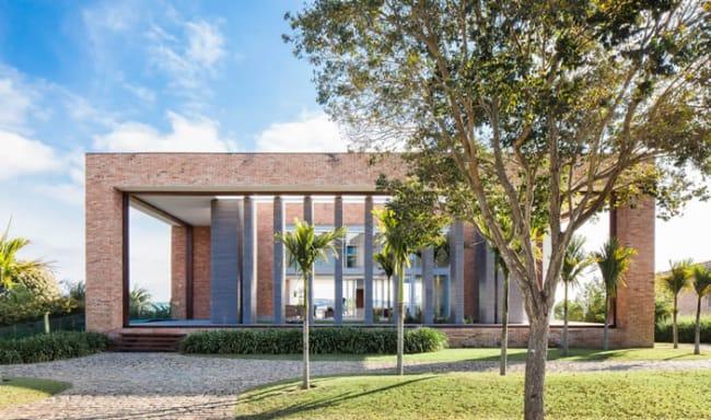 Casa grande e moderna com tijolos
