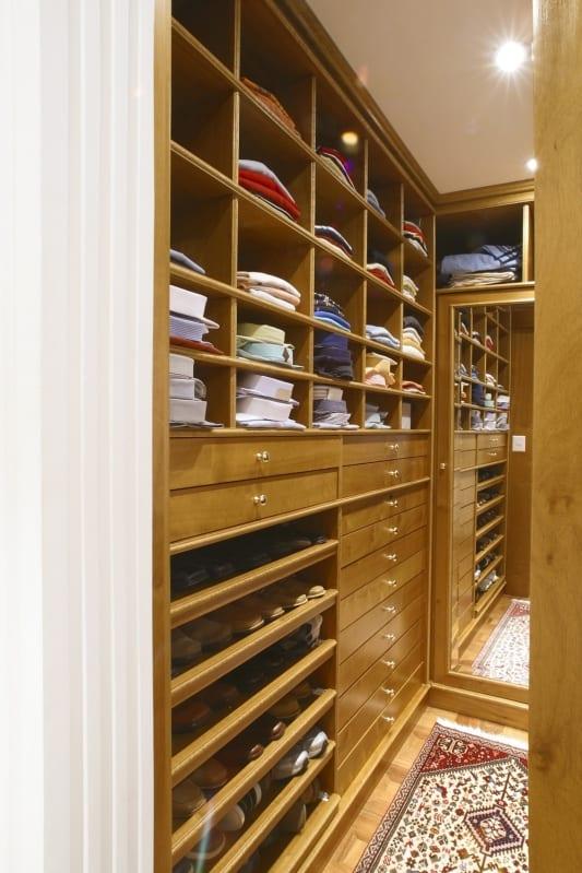 Closet com espaço para roupas do casal