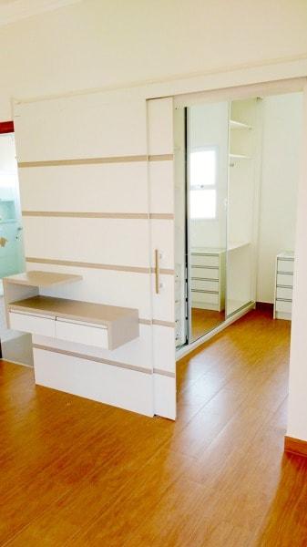 Closet elegante com porta de correr branca