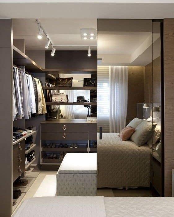 Closet moderno com porta de correr espelhada