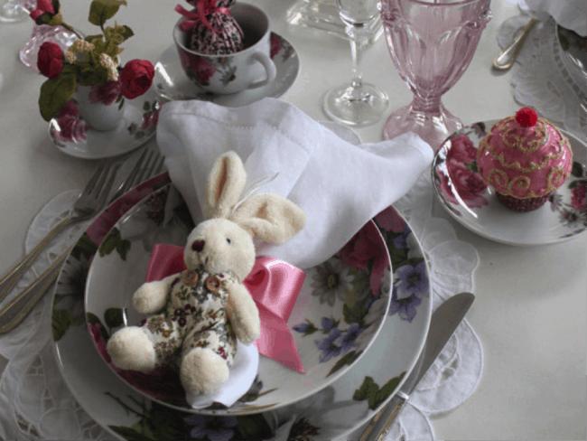 Coelhinho na mesa de almoço da páscoa