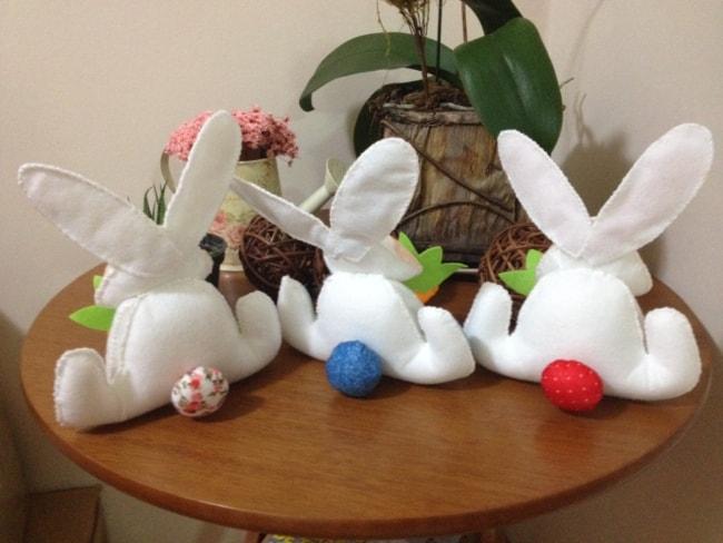 Coelhinhos brancos de feltro
