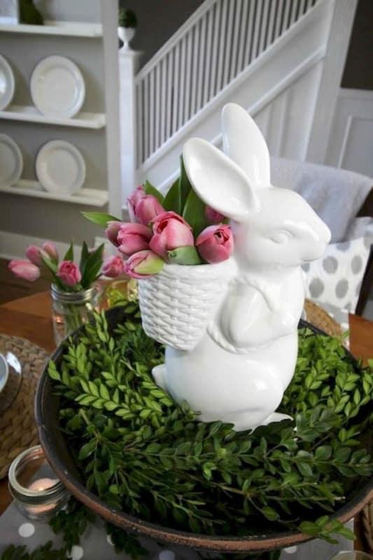 Coelho de porcelana com vasinho de flor