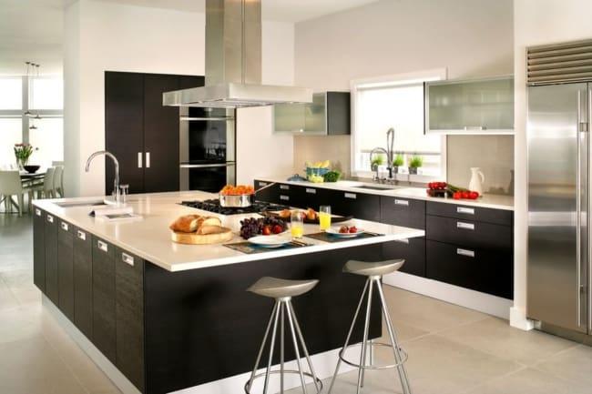 Cozinha americana planejada com ilha e armários pretos
