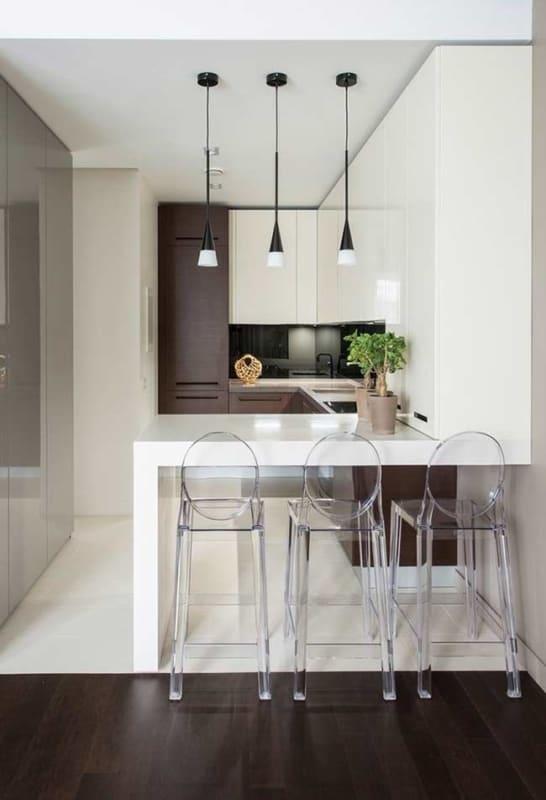Cozinha americana planejada pequena em branco e marrom