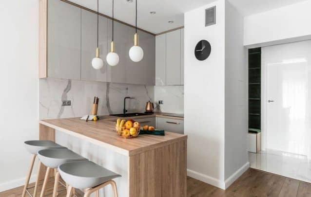 Cozinha pequena estilo americano com armários planejados