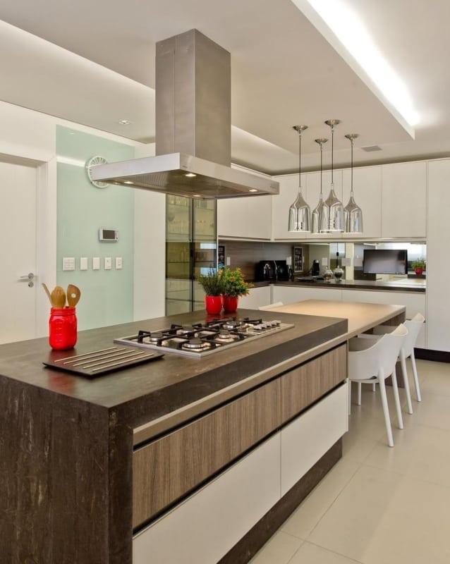 Cozinha planejada com fogão na ilha