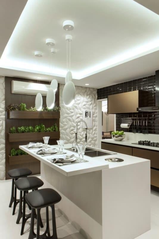 Cozinha planejada com ilha com pia