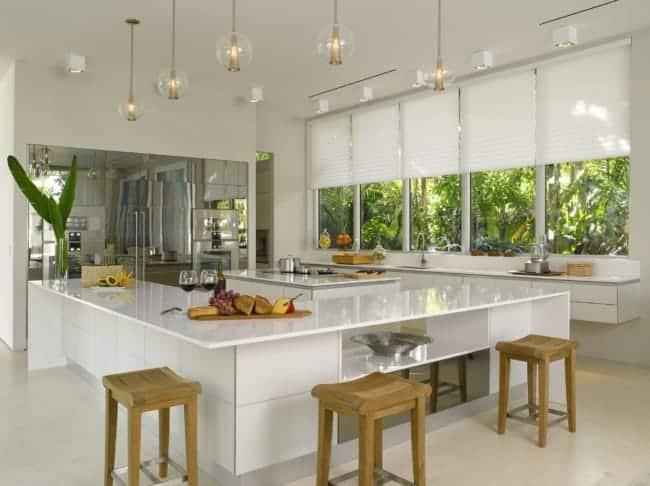 Cozinha planejada grande estilo americano com janelas amplas
