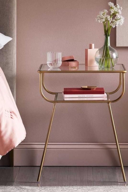 Criado mudo dourado com estilo vintage