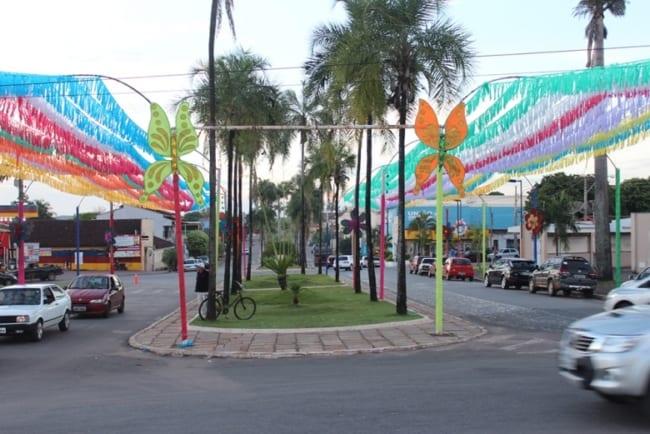Decoração de Carnaval de rua com fitinhas45