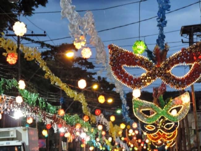 Decoração de Carnaval de rua com máscaras gigantes46