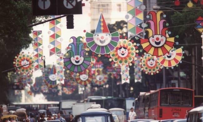 Decoração de Carnaval de rua com palhacinhos40