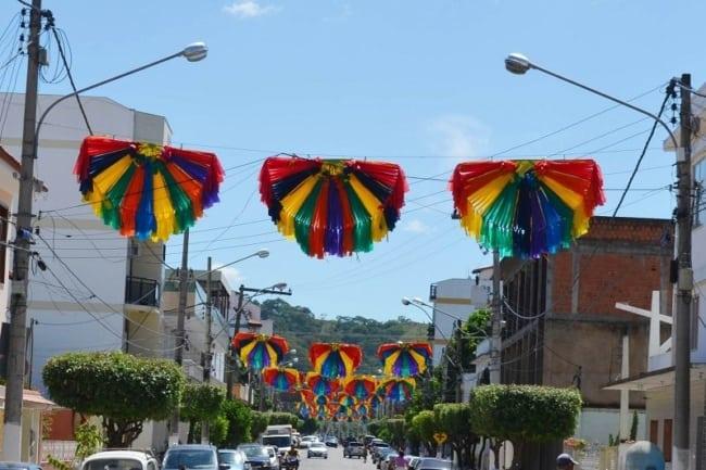 Decoração de Carnaval de rua com pompons coloridos43