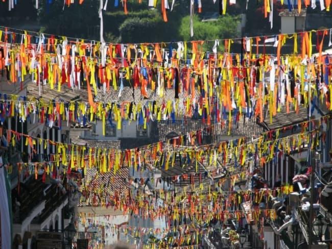Decoração de Carnaval de rua com varais de fitinhas44