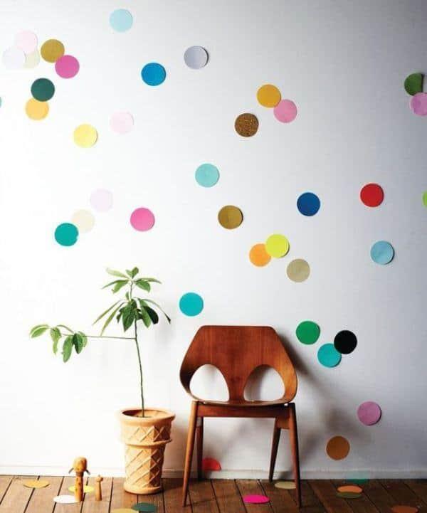 Decoração de Carnaval em casa com bolinhas de papel na parede1
