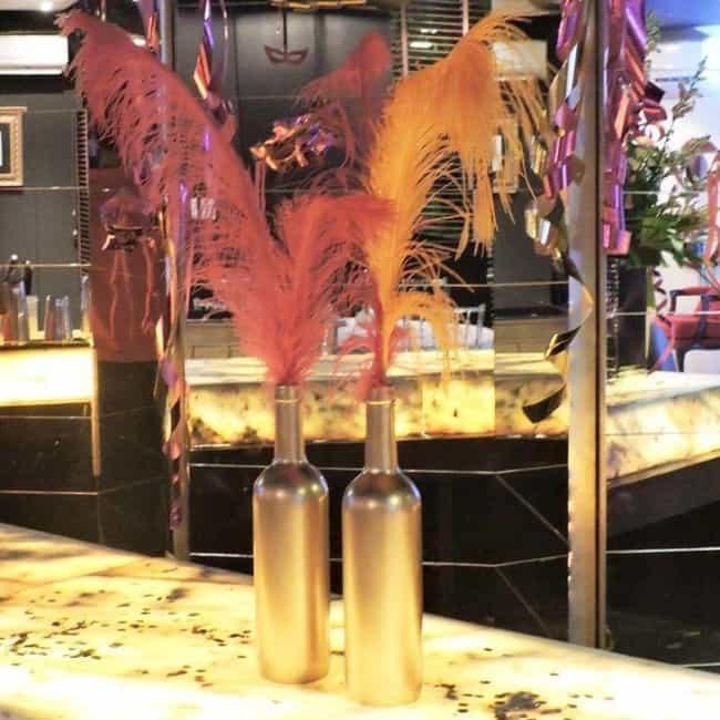 Decoração de Carnaval em casa com garrafas de vidro4