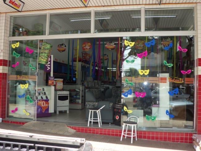Decoração de Carnaval para Loja com apliques de máscara39