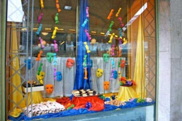 Decoração de Carnaval para Loja com máscaras37