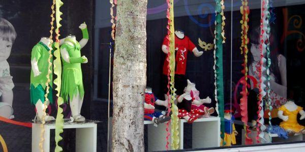 Decoração de Carnaval para Loja com papel crepom36