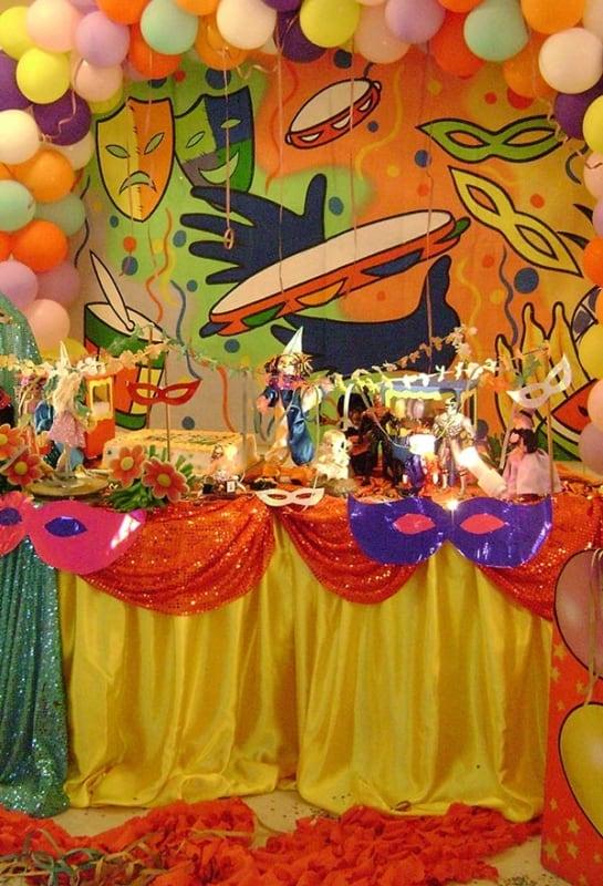 Decoração de Carnaval para aniversário com apliques de máscara na mesa24