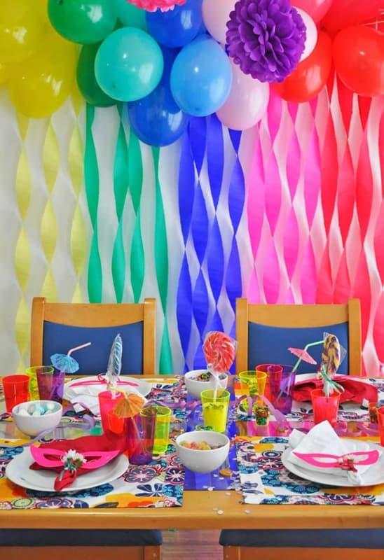 Decoração de Carnaval para aniversário com bexígas e papel crepom23
